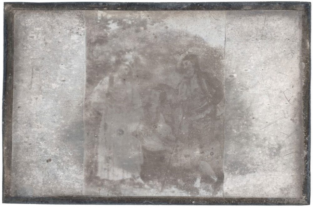 Nicéphore Niépce, Un grec et une grecque, vers 1828-1829, photographie sur une plaque de cuivre couverte d'une couche d'argent, héliographie par contact © musée Nicéphore Niépce